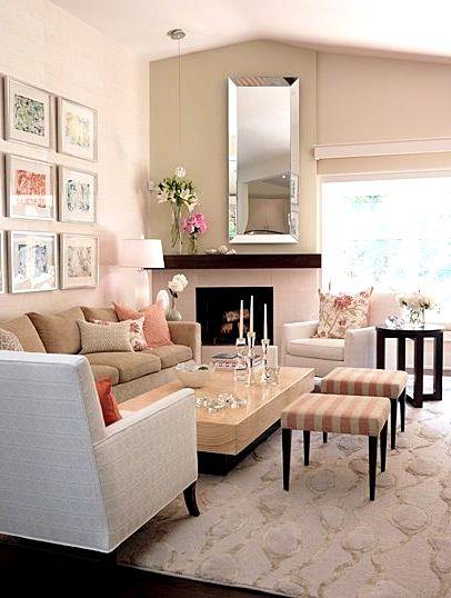Мягкая мебель с картинами в гостиной