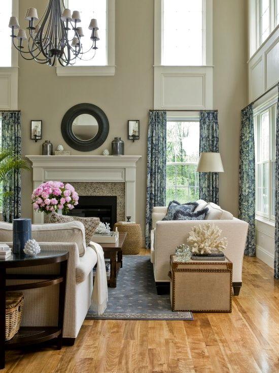 Мягкая мебель в интьере с высокими потолками