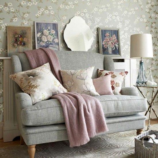 Мягкий диван для гостиной в стиле прованс
