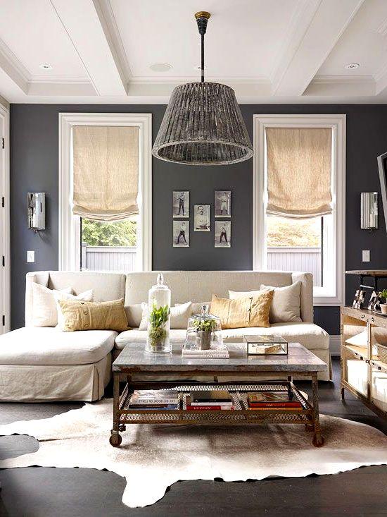 Стол  в интерьере с мягкой мебелью в гостиной