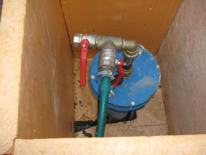 Тройник на верхнем фланце оголовка для скважины обеспечивает удобную разводку воды потребителям