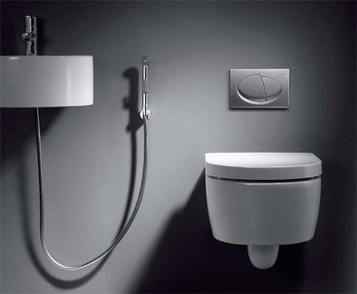 Гигиенический душ, унитаз в полумраке