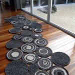 Фото 2: Необычный коврик в виде соединенных дисков из ткани