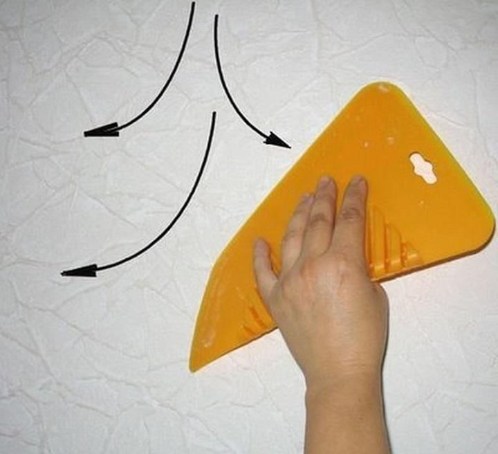 Пластмассовый шпатель удобен для работы с фотообоями, не оставляет следов, не рвет, не пачкает материал