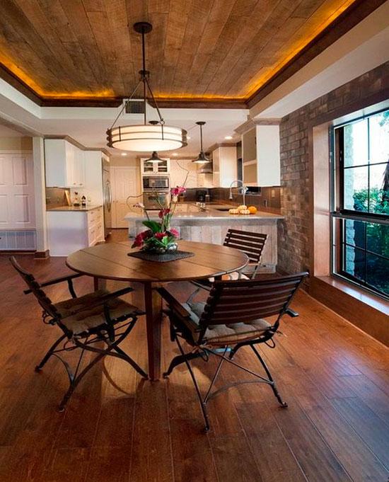 Круглый стол в интерьере деревенской кухни
