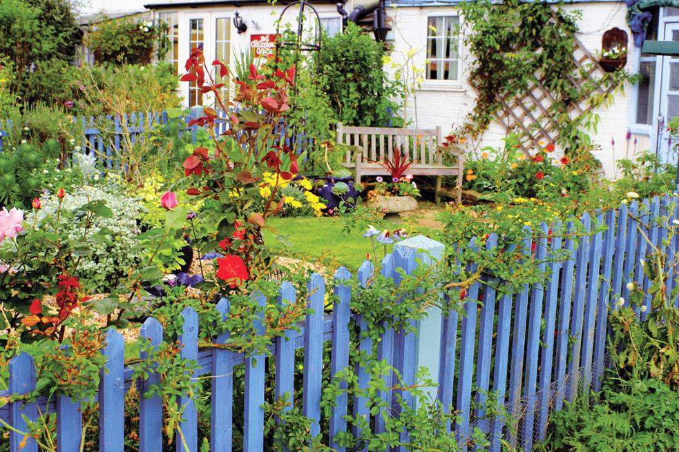 Деревянные крашенные заборы и палисадники