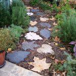 Фото 30: Дорожка из гальки с бетонной плиткой в виде листьев