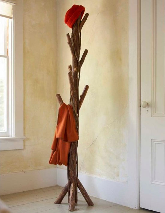 Вешалка для одежды в интерьере провансальской прихожей