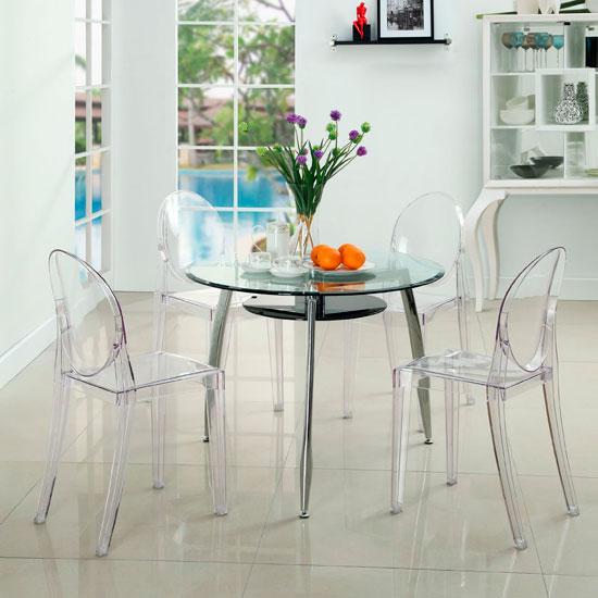 Стеклянный стол с прозрачными стульями