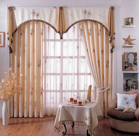 Оформление окна в классическом стиле с использованием гардин