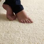 Фото 9: Ножки и мягкий светлый ворсистый теплый толстый шерстяной ковер
