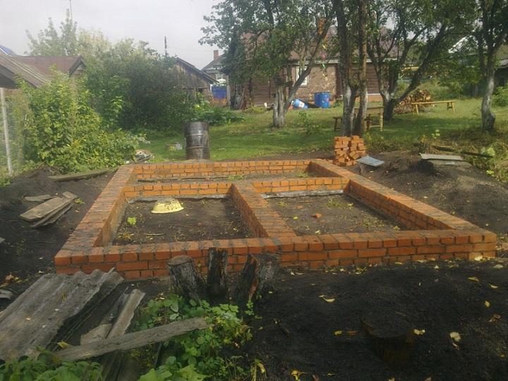 Кирпичный ленточный фундамент сокращает время ожидания застывания бетона