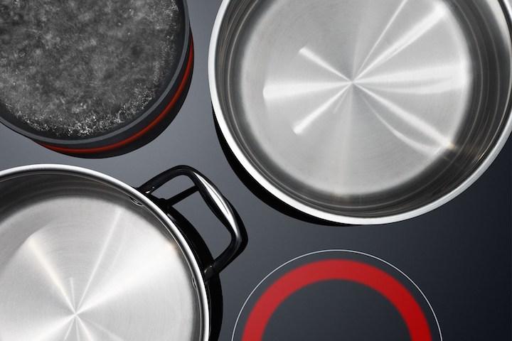 Новый набор посуды на стеклокерамической плите