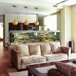 Фото 30: Зонирование кухни и гостиной с помощью аквариума