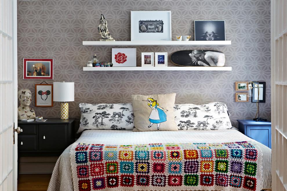 Светлые простые полки над кроватью в спальне