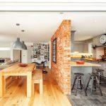 Фото 35: Кирпичная перегородка между кухней и гостиной