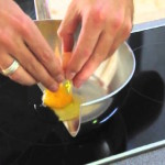 Фото 47: демонстрация преимуществ индукционных плит на примере приготовления яичницы в половине сковородки