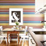 Фото 65: Цветные горизонтальные обои в полоску на кухне