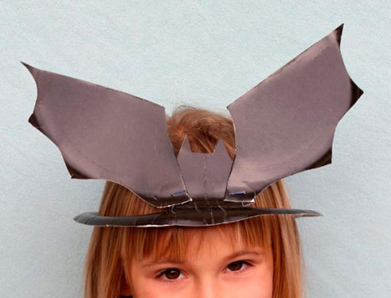 Шляпа в виде летучей мыши из бумажной тарелки