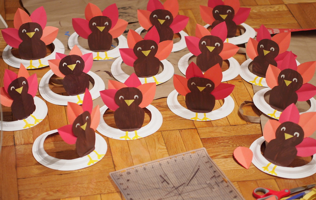 Шляпы с птичками из бумажных тарелок
