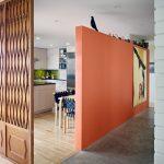 Фото 49: сочетание перегородок для зонирования кухни и гостиной