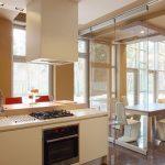 Фото 50: Стеклянная перегородка между кухней и гостиной