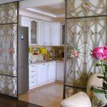 Фото 51: Стеклянная перегородка с узорами между кухней и гостиной