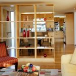 Фото 52: Разделение кухни и гостиной деревянным стеллажом