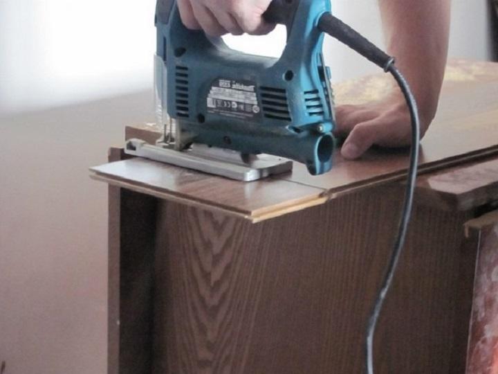 Крой ламината при укладке своими руками лучше производить электролобзиком