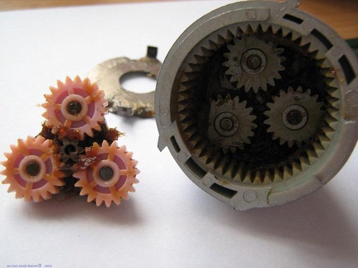 Редуктор шуруповерта с полимерными деталями имеет гораздо меньший ресурс, чем аналог с металлическими шестернями