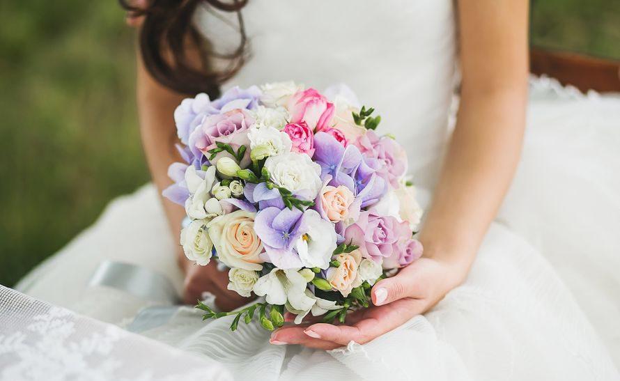 Свадебный букет из фрезий, гортензий и роз