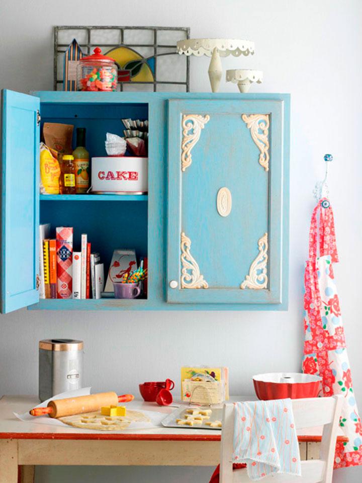 Наклейки и декоративные элементы хорошо использовать для оформления шкафчиков