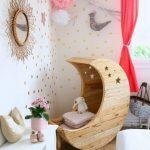 Фото 133: Кресло – качалка в виде месяца в комнате для девочки