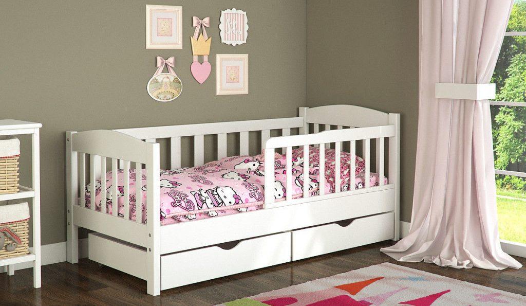 Кровать с бортиками в детской для девочек