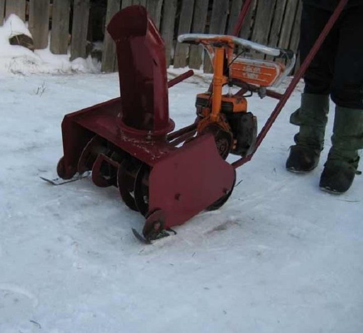 Цепная передача в самодельном снегоуборщике используется при выборе бензопилы его приводом