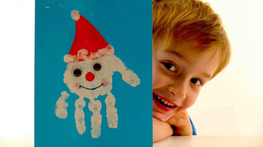 открытка с ладошками ребенка