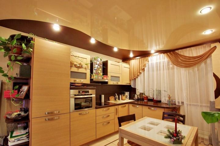 Натяжной потолок на кухне: выбираем люстру