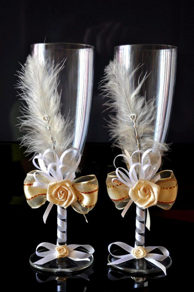 Украшение свадебных бокалов перьями