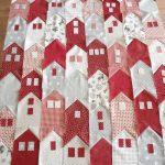 Фото 51: Оригинальное одеяло в ивде домиков в технике пэчворк