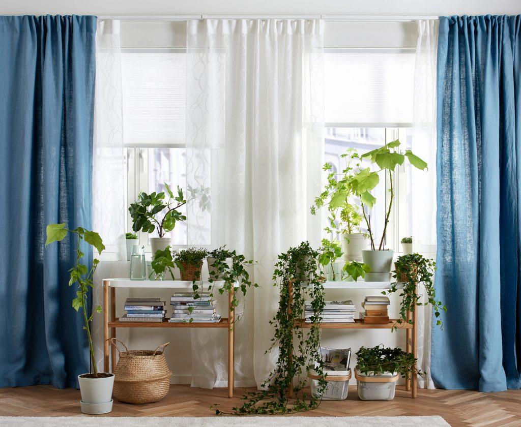 Цветные льняные шторы в гостиной