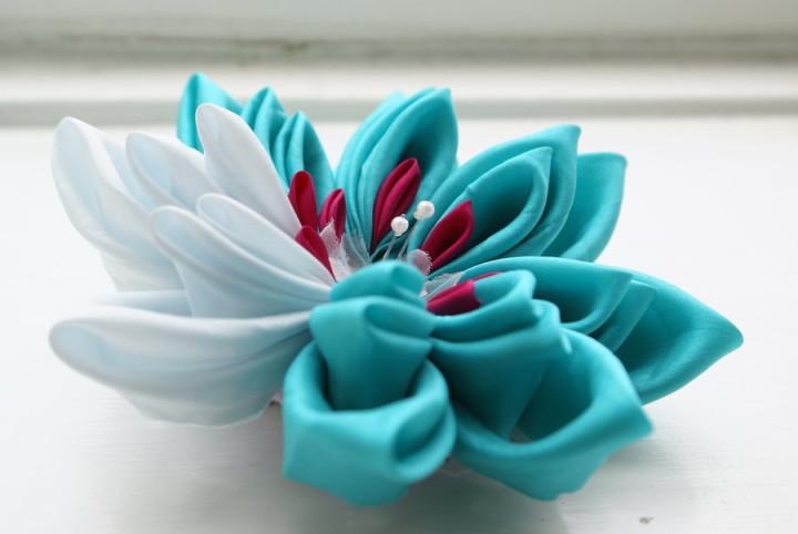 Многоцветный цветок из атласной ленты