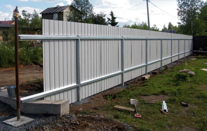 Забор из профнастила по металлическим стойкам своими руками для дачи