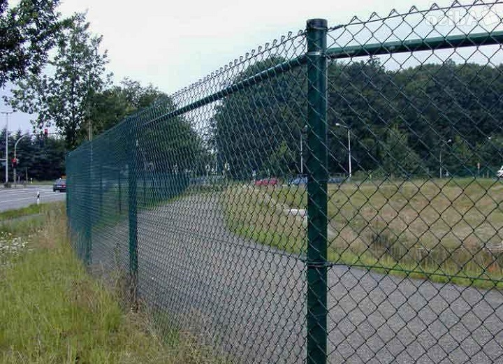 Бюджетный дачный забор из сетки Рабица