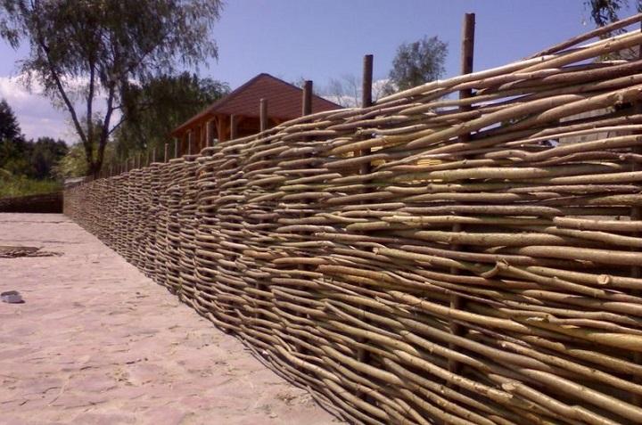 Деревянный плетень для дачного участка