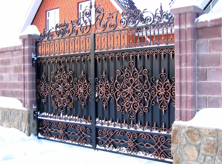 Оригинальные ворота с элементами художественной ковки