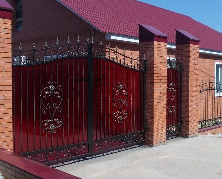 Оригинальные полупрозрачные ворота из цветного поликарбоната с элементами ковки
