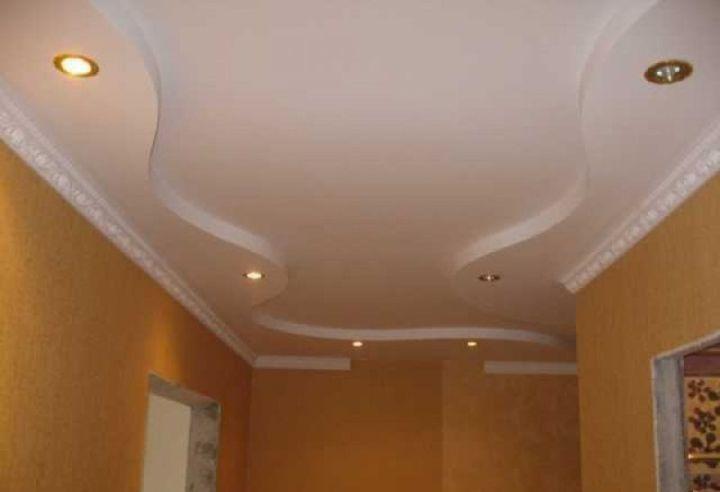 Волнообразный потолок в прихожей
