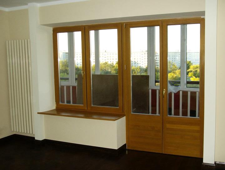 Двухстворчатая балконная металлопластиковая дверь в интерьере