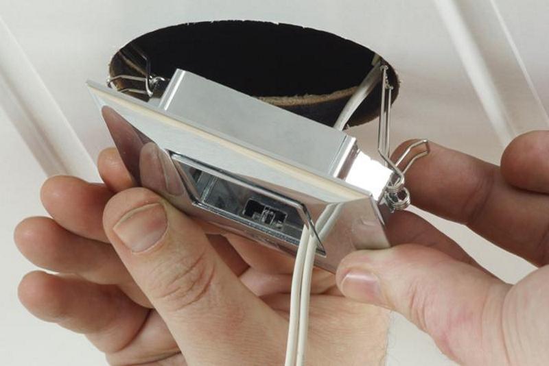Как снять точечный светильник с гипсокартона