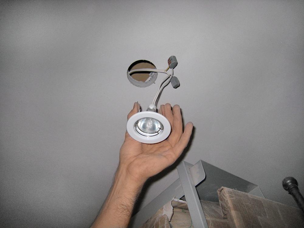 Как вытащить точечный светильник из гипсокартона